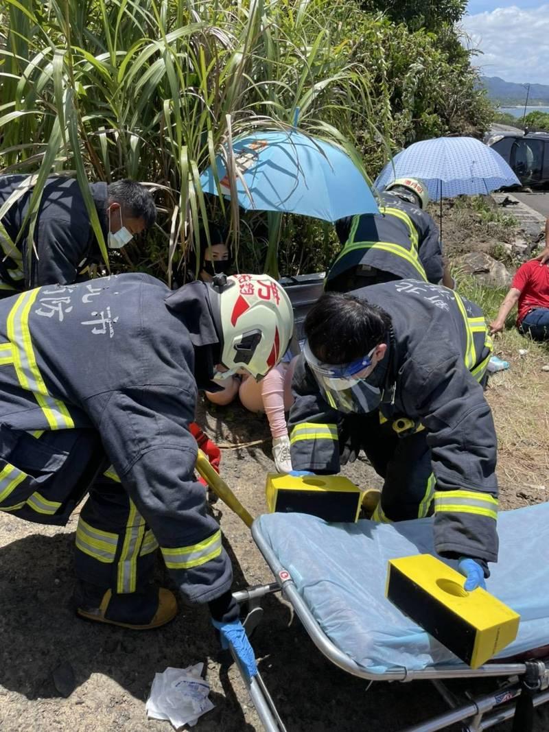 救護人員將傷者抬上擔架送醫救治。(記者吳昇儒翻攝)