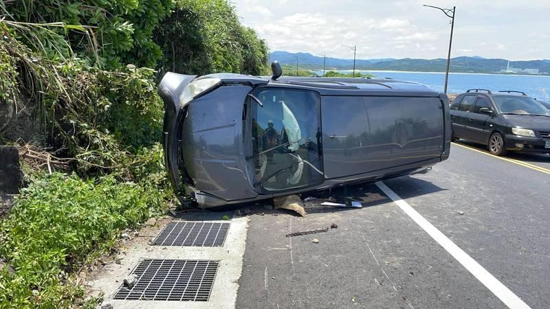 游男駕車撞到對向山壁後翻覆。(記者吳昇儒翻攝)