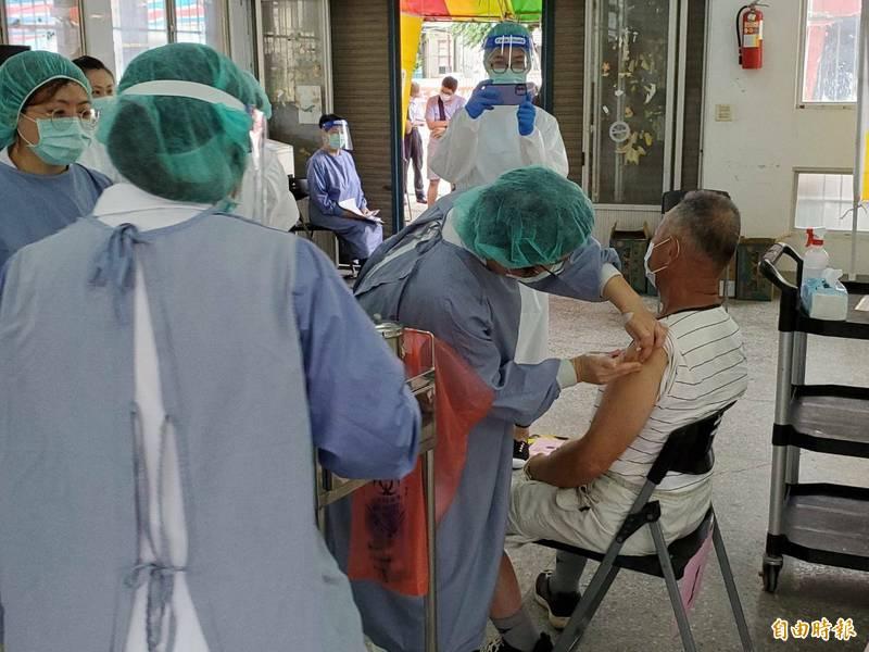 苗栗未來3週撥配疫苗皆為AZ。圖為之前疫苗施打畫面。(資料照)