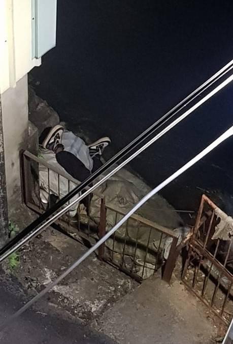 66歲盧姓拾荒老翁深夜睡在圳溝旁,只露出兩隻腳,嚇壞附近居民。(圖由民眾提共)