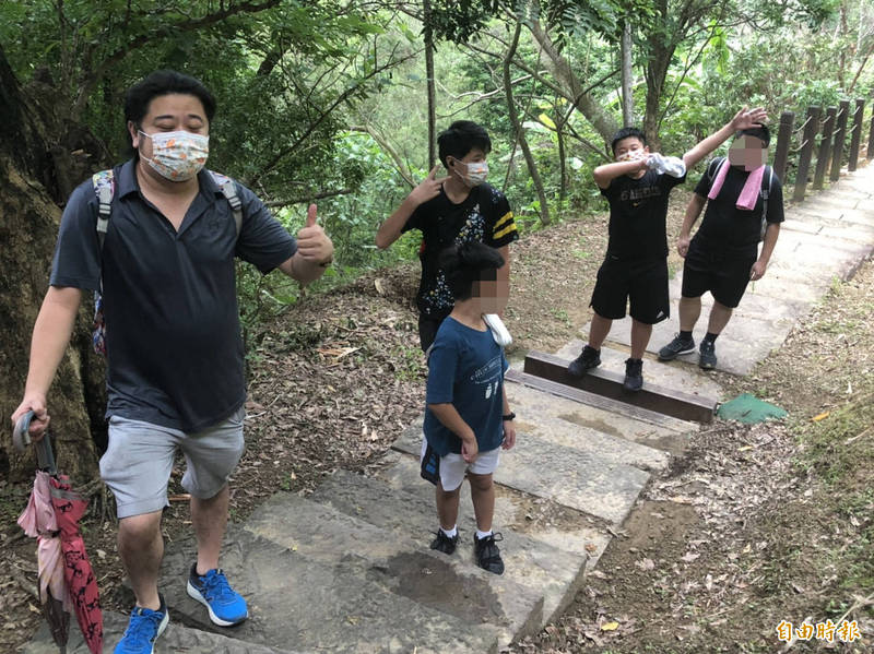 有家長帶著孩子一起來步道運動增加親子互動。(記者許國楨攝)