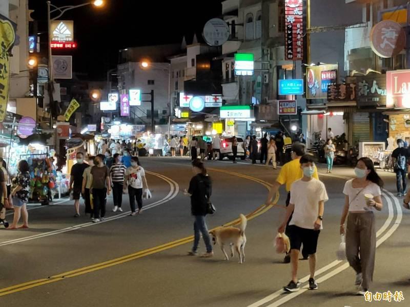 墾丁大街夜市「試營運」,單日最高累積人次僅千人。(記者蔡宗憲攝)