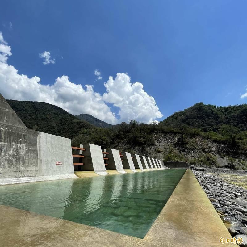 桃源區拉庫斯溪可調式防砂壩,成為熱門觀光景點。(記者陳文嬋攝)