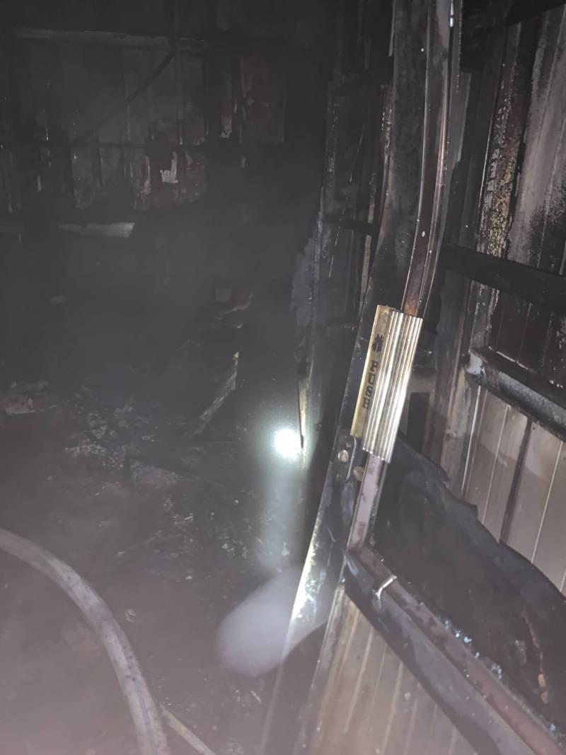高雄左營火警鐵皮屋嚴重燒毀。(讀者提供)