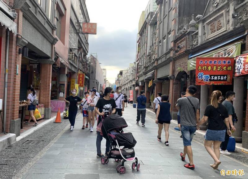 微解封的首週假日,午後的大溪老街遊客逐漸回來。(記者李容萍攝)