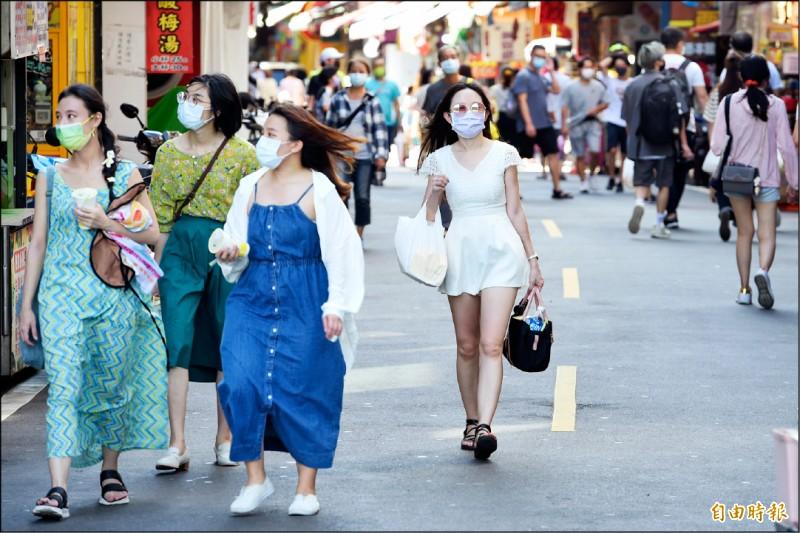 疫情逐漸受到控制,距離降級解封的日子已不遠,週末假日的淡水老街也陸續湧現出遊人潮。(記者劉信德攝)