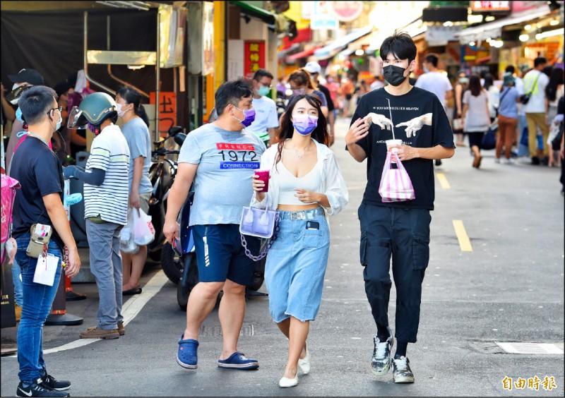 中央流行疫情指揮中心昨宣布放寬飲食相關規定,強調外出必須戴口罩,但如有必要需求者可在通風、並保持社交距離之下在外飲食。(記者劉信德攝)