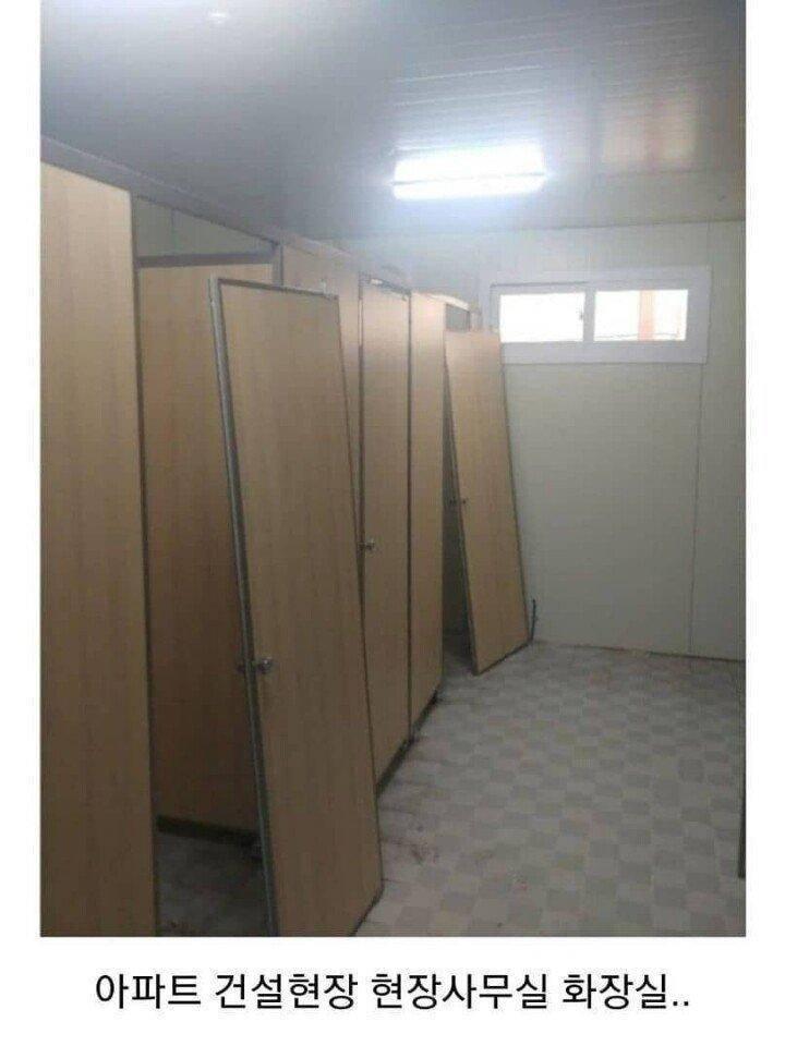 自稱工頭的網友在南韓網路論壇PO出照片說,廁所門老是被中國移工給拆掉,因為他們在故鄉習慣「沒有門就上廁所」。(圖取自南韓汽車論壇)