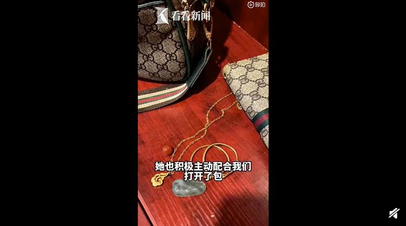 包包裡有金手鐲、金項鍊、翡翠等值錢物品。(圖擷取自微博)