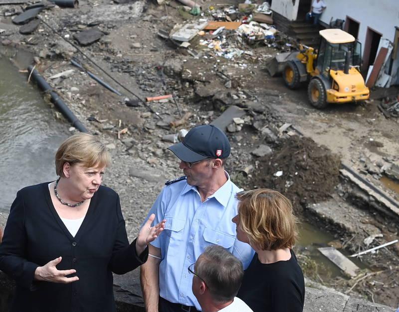 德國總理梅克爾(左1)今日到受災嚴重的舒爾德村視察。(歐新社)