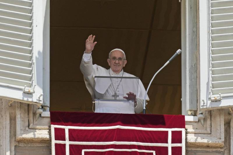 天主教教宗方濟各接受腸道手術2週後,恢復了每週日率眾祈禱的固定行程。(美聯社)
