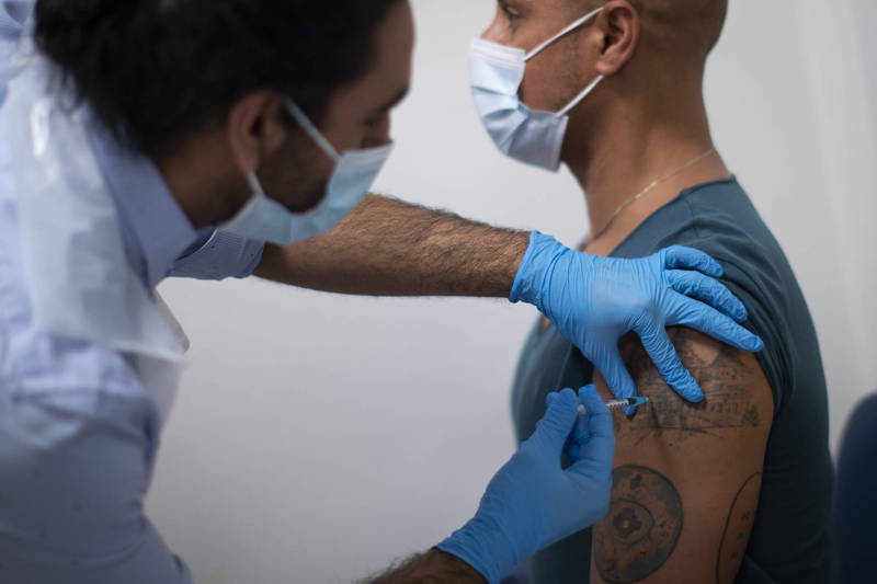 Delta變種病毒株持續肆虐英國,該國雖已有87.8%的成年人已接種1劑新冠疫苗,但過去接連兩天單日確診均超過5萬例。圖為示意圖。(美聯社)