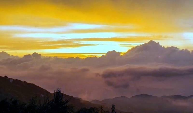南投縣鹿谷鄉大崙山雲瀑與霞光交織的美景,令人嘆為觀止。(民眾林建興提供)