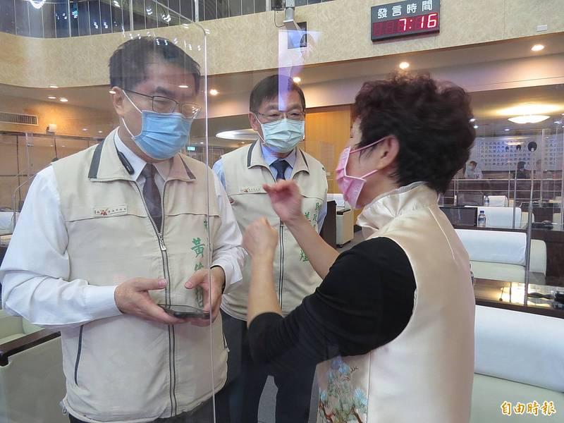 南市議員杜素吟(右)質詢關心教育人員疫苗施打期程及地方建設。市長黃偉哲(左)指教師最晚於開學初打第二劑。(記者蔡文居攝)