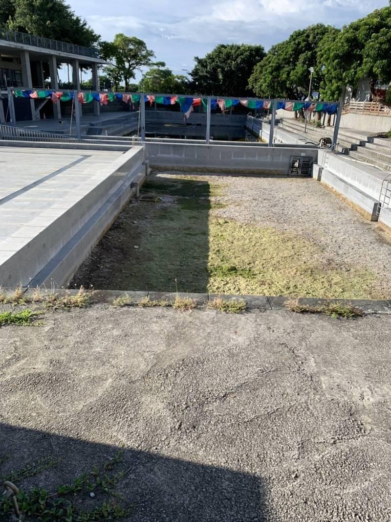 台東市立湧泉運動公園泳池乾涸見底,市公所研判可能是因下雨少,加上附近大樓鑿打地基抽光地下水造成。(民眾提供)(記者陳賢義攝)