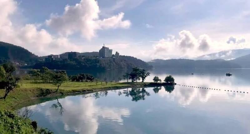 今日的日月潭從天空至潭面難得呈現「一片藍」的山水畫景緻,原因和高溫及水氣有關。(民眾莊涼火提供)