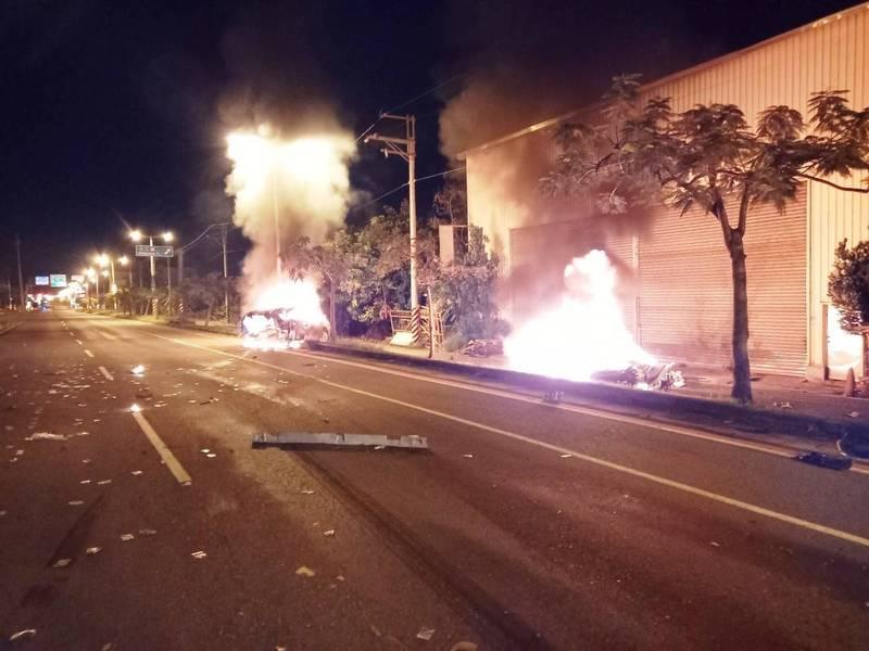 歐系千萬超跑從後撞擊日系休旅車後2輛汽車隨即起火全面燃燒。(圖:南市消防局提供)