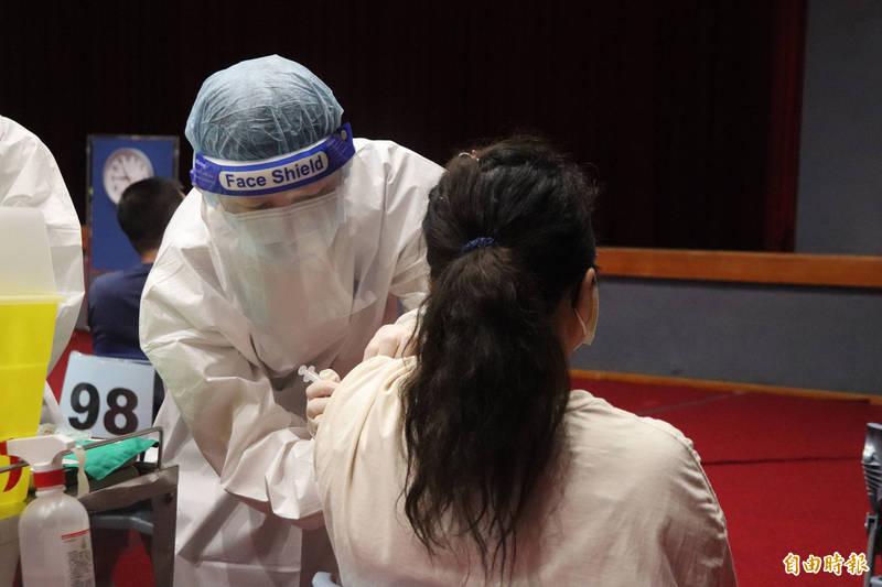根據宜蘭縣衛生局統計,這輪縣內意願登記有14萬8687人,其中勾選登記AZ疫苗的有8087人,佔5.44%、登記莫德納有6萬4156人,佔43.15%。示意圖。(記者林敬倫攝)