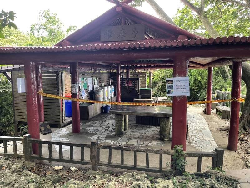 三級微解封,壽山的奉茶站仍拉警戒線,尚未開放。(國家自然公園管理處提供)