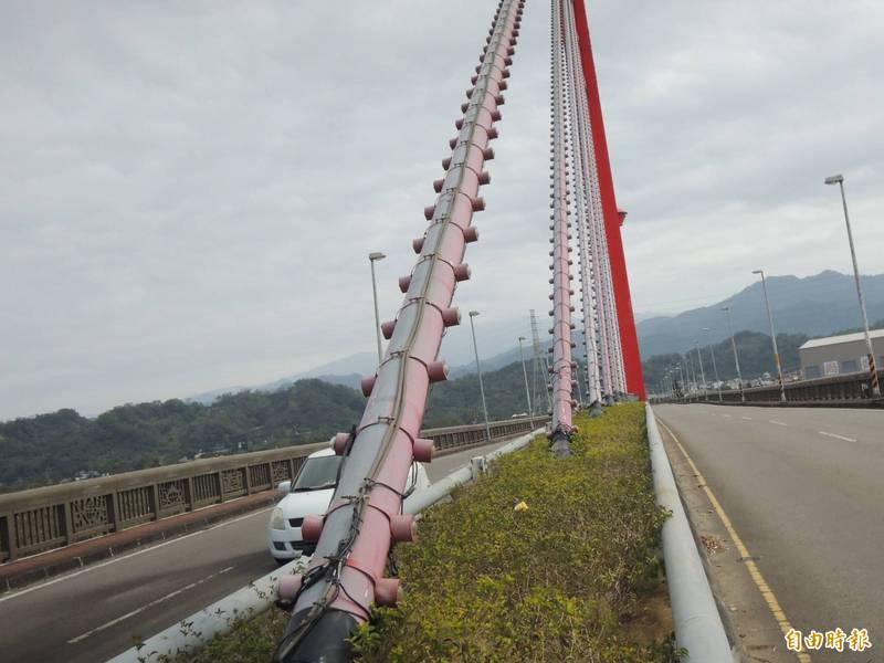 苗栗市新東大橋LED燈使用多年,毀損嚴重,因維修經費高,苗栗縣政府已提計畫爭取亮化工程經費。(記者張勳騰攝)