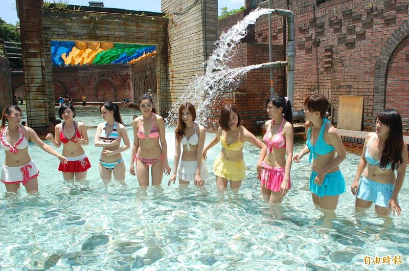 昔日蘇澳冷泉公園大眾池夏天的戲水人潮。(資料照,記者江志雄攝)
