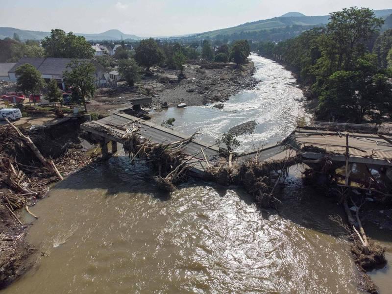 萊茵蘭-普法茲邦的阿爾韋勒郡是德國受災最嚴重的地區。圖為阿爾韋勒郡內某處被沖斷的橋樑。(法新社)