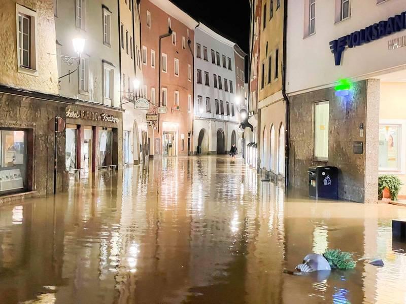 奧地利小鎮哈萊茵在17日晚間遭受洪水侵襲。(法新社)