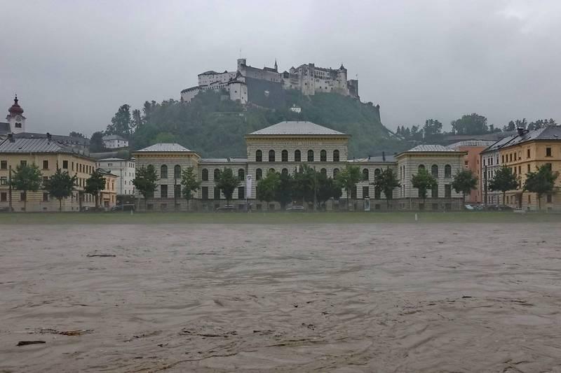 流經奧地利薩爾斯堡的薩爾察赫河18日河水暴漲。(法新社)