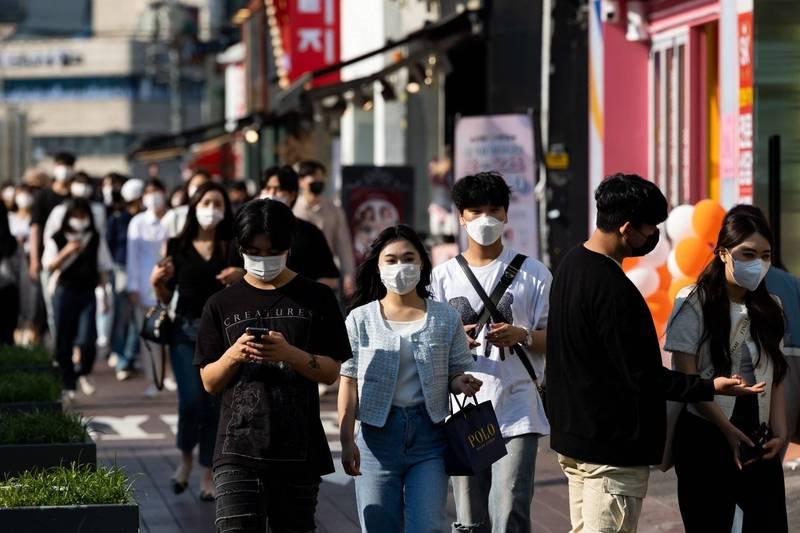 《BBC》整理6個放寬防疫措施後的國家,而確診數爆增的南韓也在其名單內。(彭博)