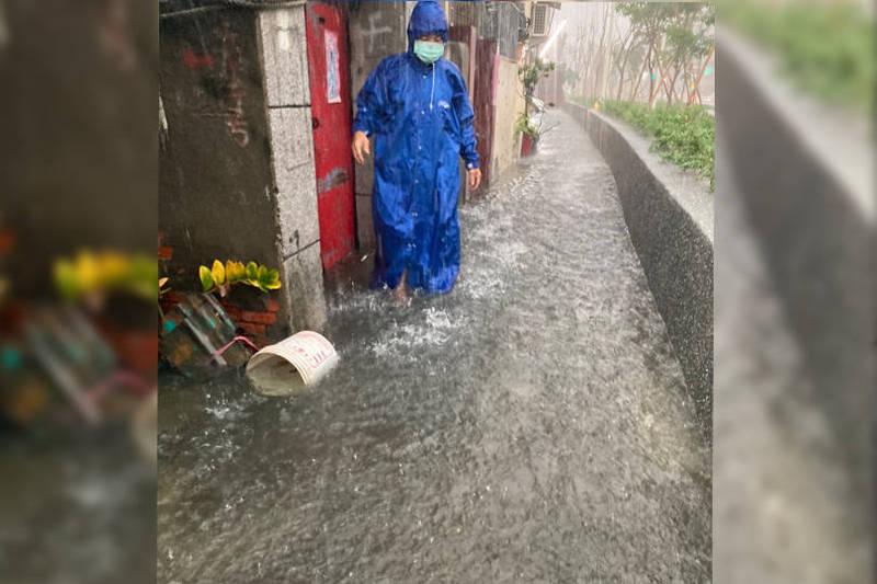 高雄市今晚大雷雨狂炸,鳳山等區18處道路積淹水,甚至淹進民宅內。(本報合成)