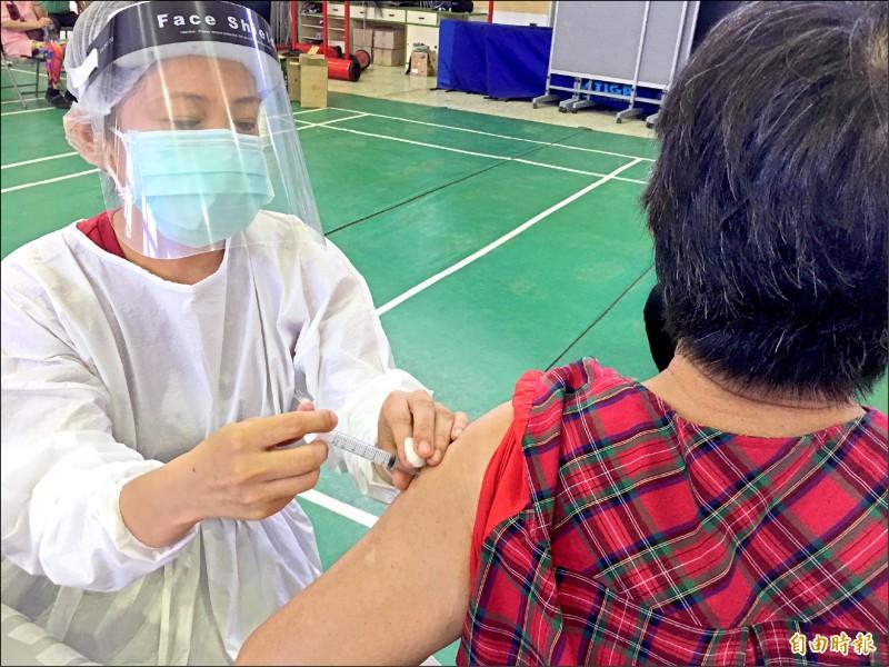 第3輪公費疫苗意願登記結果,雲林縣有11萬4658人登記,其中願意打AZ疫苗的有7萬2638人。(記者黃淑莉攝)