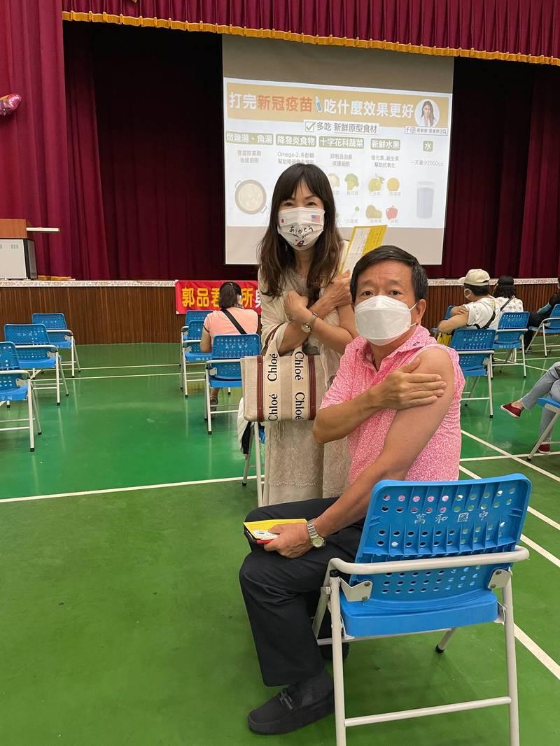 民進黨議員何文海(右)及太太今天照唐鳳預約系統施打第一劑AZ,並呼籲大家輪到就去打。(取自何文海臉書)