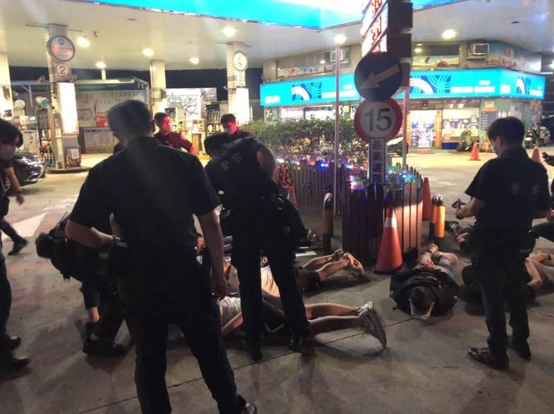衛生局針對群聚鬥毆的26人全數開罰,其中10人未滿18歲,裁罰最輕的6萬元罰鍰,16人則是開罰12萬元。(三峽警分局提供)