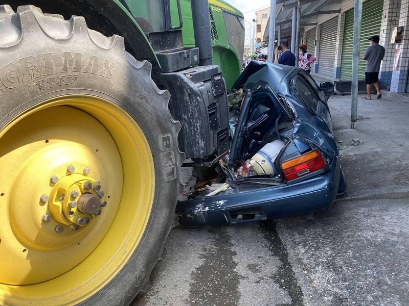 曳引車輾壓小客車。(讀者提供)