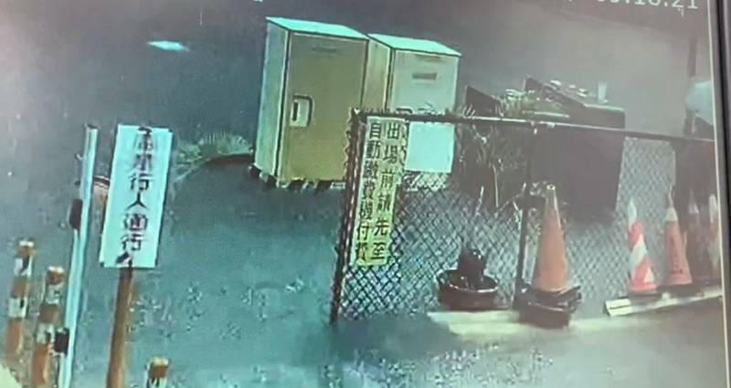 高女涉水經過伸手扶路燈桿(圖右方),當場觸電倒地送醫,裝葉克膜救命。(民眾提供)
