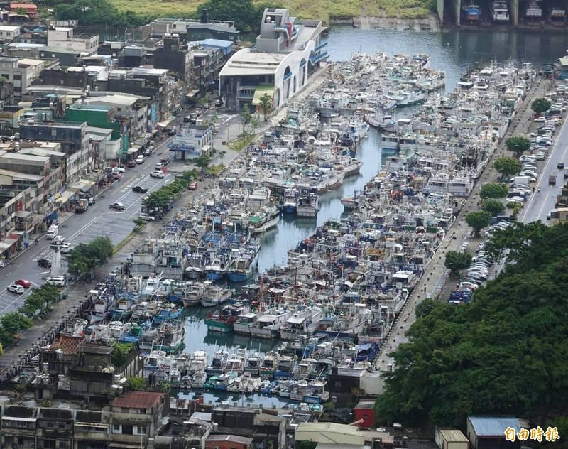 烟花颱風來勢洶洶,南方澳漁船陸續返港避風,第一漁港擠得水洩不通。(記者江志雄攝)