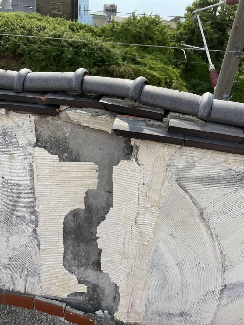 苗栗縣通霄新埔里鐵路區域圍牆扭曲、毀損嚴重。(圖:陳品安提供)