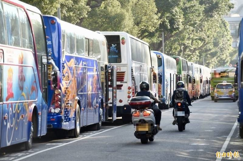 公路總局發布第二波遊覽車評鑑結果,430家列為乙等、442家達甲等以上。(資料照)