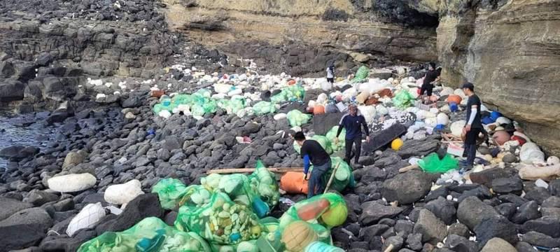 澎湖南方四島徵島主,登島進行海廢清理工作。(廠商提供)