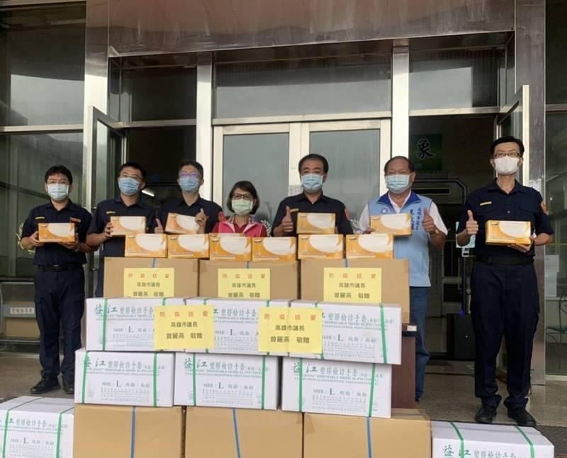 高雄市議會議長曾麗燕(左4)、議員王義雄(右2)結合在地企業,捐贈前鎮警分局15000雙手套。(前鎮警分局提供)