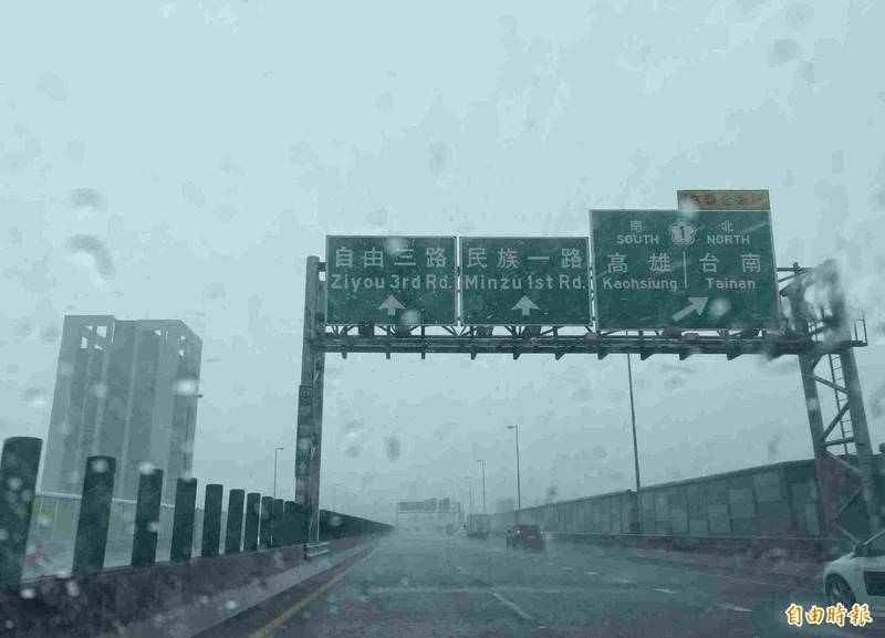 國道10號連通美濃及市區,雨勢驚人。(記者黃旭磊攝)
