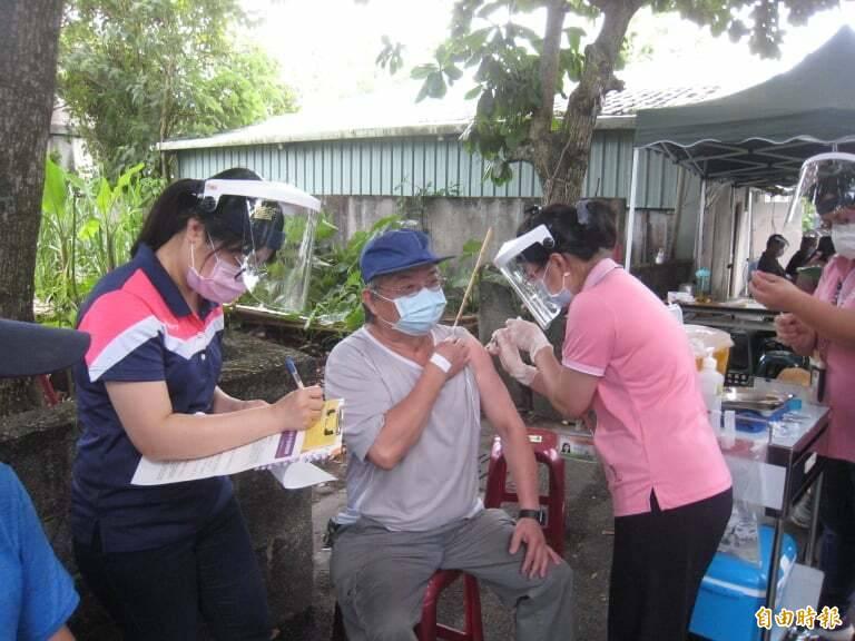 花蓮縣第二輪疫苗接種進行中!光復鄉退休老師王世安也來接種AZ疫苗。(記者花孟璟攝)