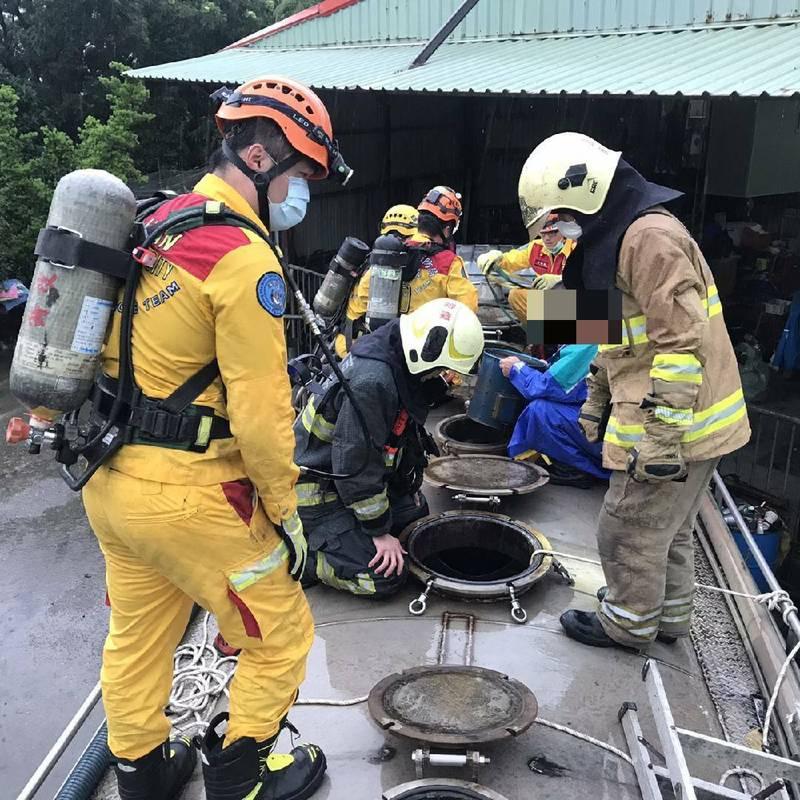 消防局搶救暈倒在水肥車槽體內的2名工人。(民眾提供)