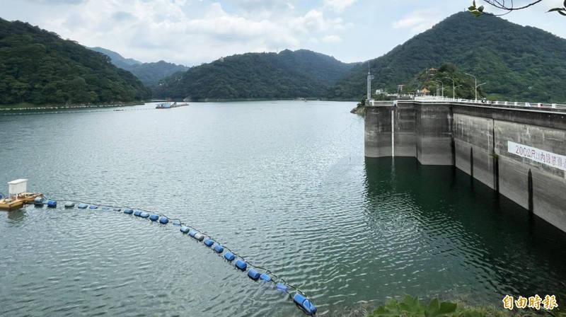 北水局基於石門水庫大壩安全考量,預先實施調節性放水,以預降水位增加防洪空間。(記者李容萍攝)