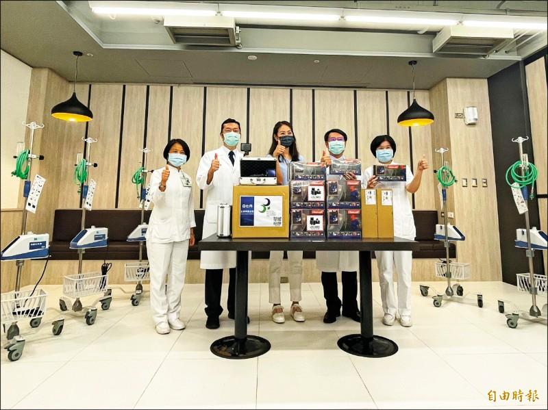 賈永婕(中)昨到奇美醫學中心捐贈5台HFNC及6台PAPR。(記者萬于甄攝)