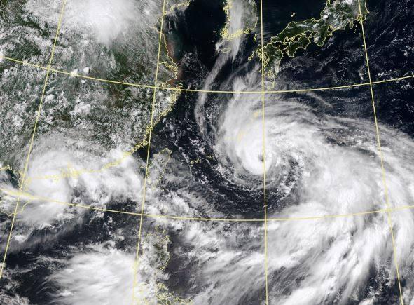 美國《CNN》(有線電視新聞網)今(20日)曝「東亞形成兩大風暴,威脅台灣、日本和中國」。(圖取自中央氣象局)
