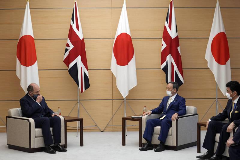 日本首相菅義偉、防衛相岸信夫今天與英國國防部長華勒斯(Ben Wallace)在東京進行面對面會談。(美聯社)