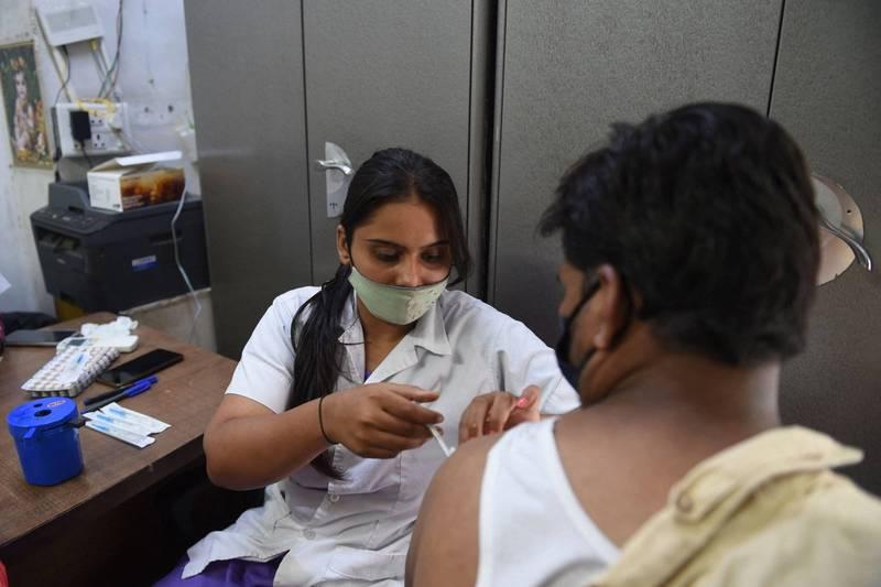 印度6月、7月間進行第四次全國血清調查,調查2萬9000人,超過62%的成年人從未接種疫苗,但67.6%的成年人有血清陽性反應。(法新社)
