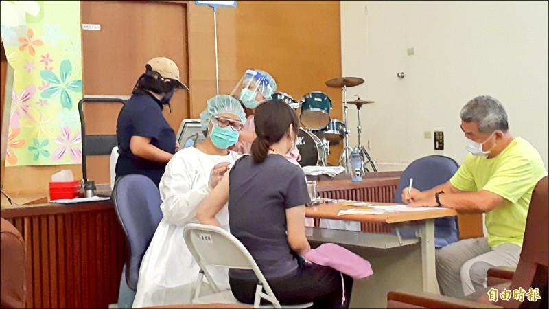 台東縣七月第三波莫德納疫苗仍有剩餘,縣府降低施打年齡至六十歲。(記者黃明堂攝)