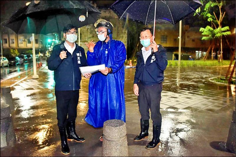 市長陳其邁(左)昨晚連跑三區視察積淹水點。(市府提供)